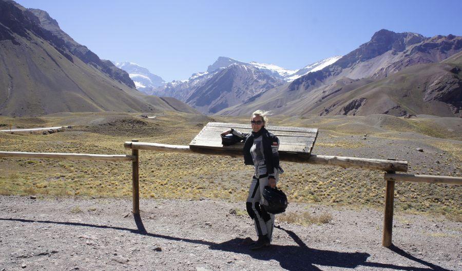 Aconcagua lekko schowana po lewej, ten ośnieżony szczyt